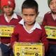 weesjongens krijgen een doos met kleding